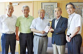 義援金を手渡す小野会長(右から2人目)