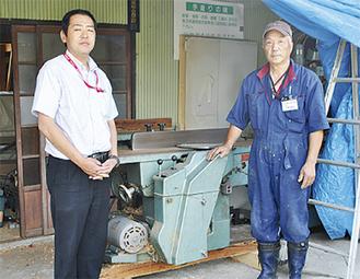 陸前高田市に届ける電動カンナの前で。加藤さん(右)と岩本さん(左)