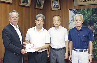 義援金を手渡す中村実行委員長(左2人目)