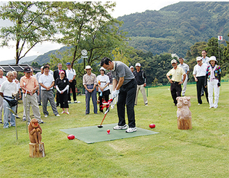 参加者が見守る中で、湯川町長の初打ち