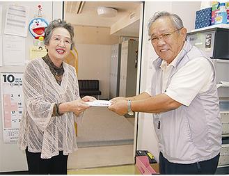 太田理事長(左)に手渡す三村さん