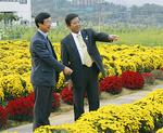 農園を視察する須藤市長