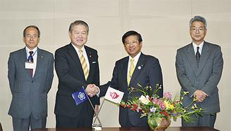 握手を交わす加藤市長(中央左)と須藤市長(中央右)