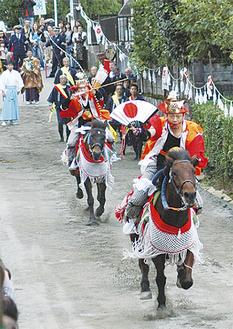 先導騎乗者が軍扇を上げて露払いしながら走るのに続き、後馬の騎乗者が3つの的を射ながら走り抜ける