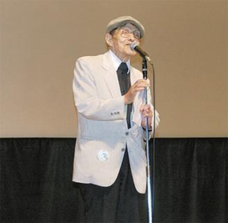 南足柄市の上映会であいさつする作家の西村滋さん
