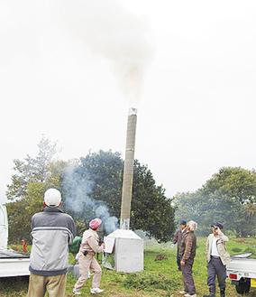 リハーサルでは勢いよく煙が出た(のろし上げ実行委が河村城跡で)