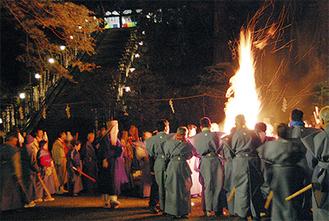 鎮火士の松明に次々に火が点り、炎が高く上がった