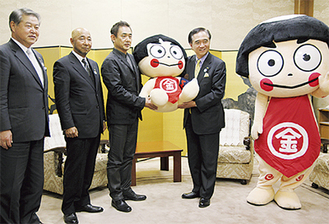 写真左から=加藤市長、佐藤氏、井上氏、黒岩知事