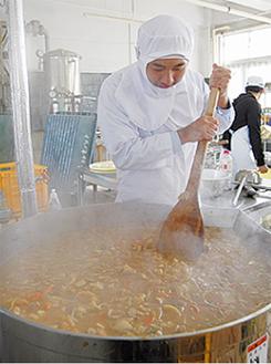 大鍋で調理する吉総生