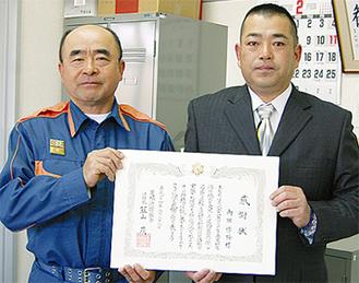感謝状を受け取る内田さん(右)