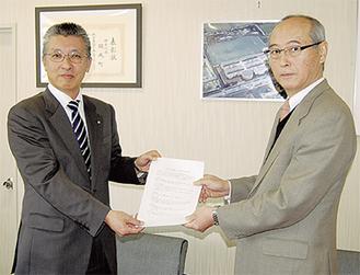 協定書を交わす府川町長(左)と山崎校長