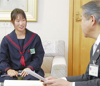 加藤市長に笑顔で報告する大石さん(14歳)