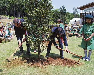 記念植樹が行われた