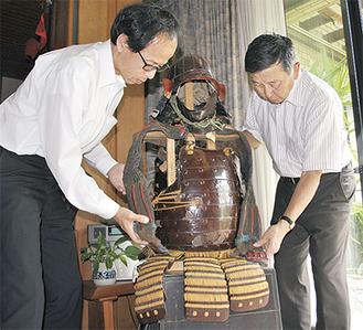 甲冑を確認する中村さん(右)と学芸員の中岡進さん
