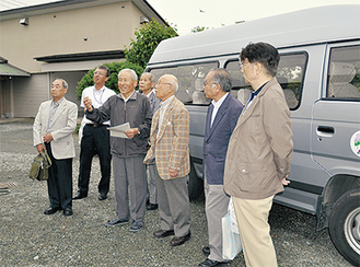 草柳さん(左から3人目)から話を聞く5人と府川町長