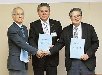 握手を交わす加藤市長(中央)と松本理事長(右)・林理事長(左)