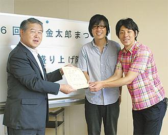 加藤市長から任命状を受け取った