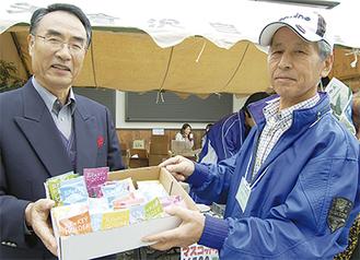 ガレキーホルダーを手にする植田さん(右)と鈴木さん(左)