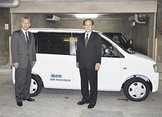 車両を引き渡す石田理事長(右)