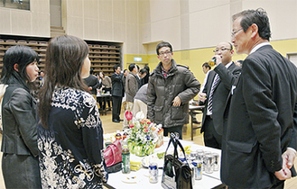 湯川町長(右)も来賓で会場に訪れた