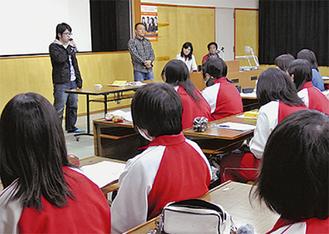 被災者の体験談に熱心に耳を傾ける生徒