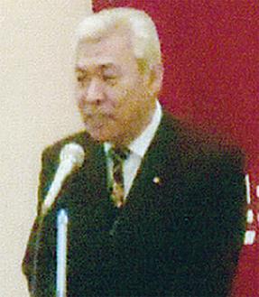 挨拶する鈴木会長