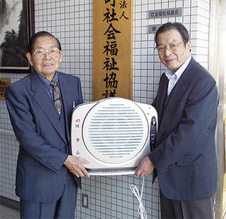 寄贈品を手渡す杉山顧問(左)