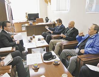 右から大鹿会長、佐藤会長。左は武会長
