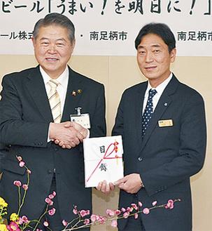 田淵支社長(右)から目録を受け取る加藤市長