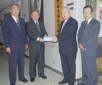 佐藤専務理事(中左)から寄付金が手渡された(写真は開成町)
