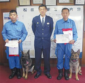 伊藤署長と並ぶソラと山村警部補(左)、ハナと佐藤巡査部長(右)
