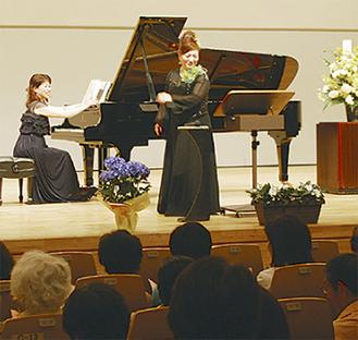 観客も合唱に参加した