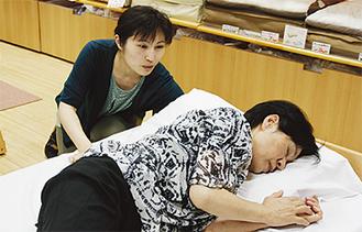寝姿勢になって枕の高さや硬さを調整