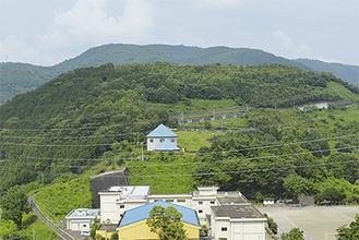 丸山の山頂部。青い三角の屋根の建物は町の配水施設