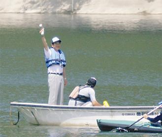 湖の水位が下がっていたため、ボートの上でスタートの号砲