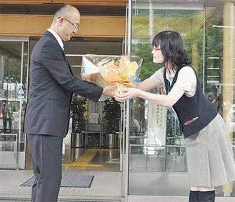 女性職員から花束を受け取る本山町長(左)
