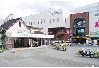 市の玄関口である大雄山駅前
