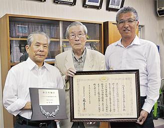 府川町長(右)に報告する小泉理事長(中央)と小川副理事長(左)