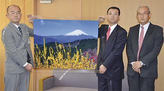 鈴木社長(中央)から本山町長(左)に手渡された