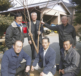 春めきを贈った古屋さん(後列左)と受け取った飯田市の関係者=2月23日・南足柄市塚原