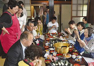 古民家で食卓を囲む参加者たち=4月10日・開成町金井島