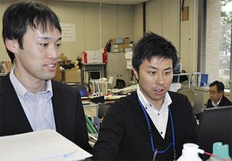 更新を担当する山本さん(右)と小笹さん(左)
