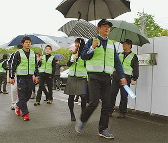 小雨が降る中、パトロールに出動する隊員=4月22日・富士ボトリング(株)正門前