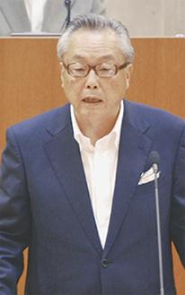 質問に答える間宮恒行町長=10日・大井町議会