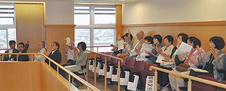 陳情が採択され喜ぶ会のメンバー =松田町議会議場