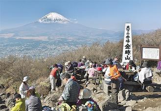 富士山を裾野から一望できる山頂には休日になると多くの登山客が訪れる=写真提供南足柄市