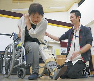 片側の足に専用の装具をつけてマヒの状態を体験した=5日・千津島公民館