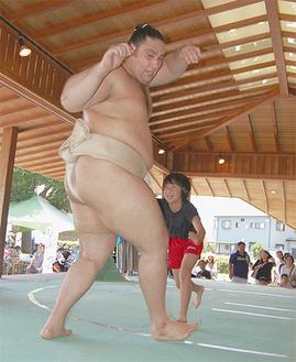 地元の子どもたちと相撲で対決           =14日・開成あじさい公園