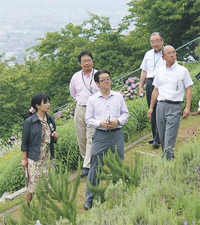 松田町を訪れた山本東神楽町長(中央)=16日・松田山ハーブガーデン