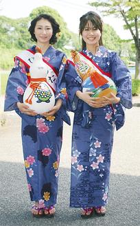 浴衣姿で笑顔を見せる渡部さん(左)と角田さん =20日・大井町役場